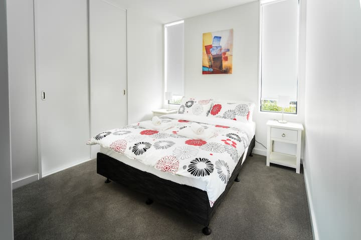 Bright,Stylish,10mins to AKL DT, by the beach