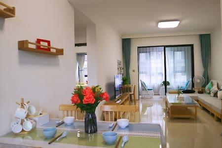 离海近带泳池小区极简北欧风自然温馨带厨房可做饭私密性好两室两厅套房