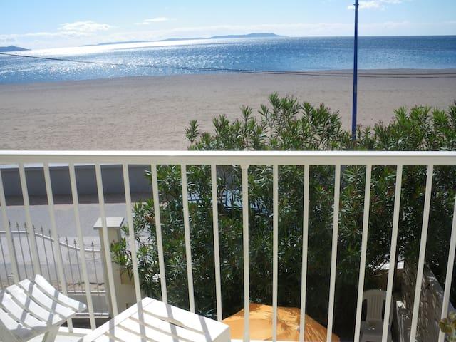 Villa bord de mer maisons louer hy res provence alpes c te d 39 azur france - Restaurant hyeres bord de mer ...