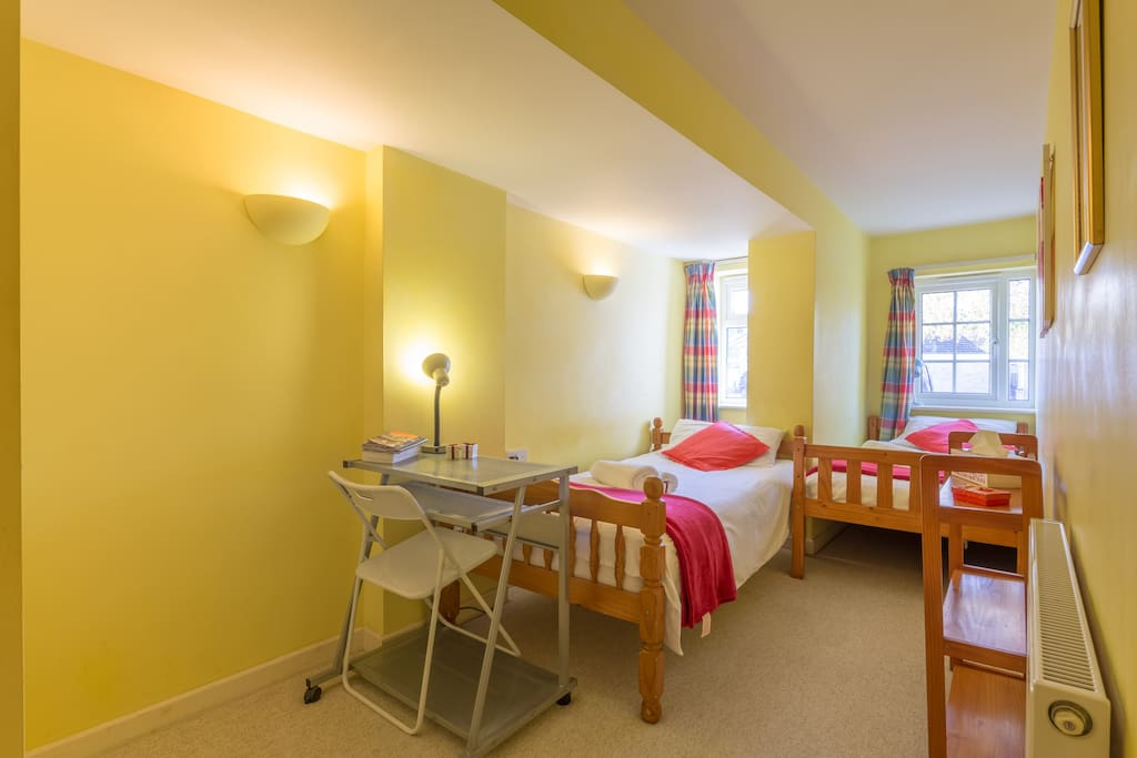 Downstairs twin room (could be also booked as a single room). Practical, comfortable, warm and quiet, 5 minutes walking distance to Addenbrookes Hospital and all the biomedical sites.