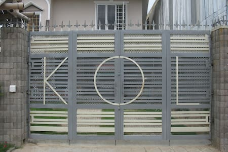 Entire House-KOL House 7 minutes from airport - House