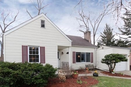 4 bedroom pet friendly home 5 min from Ohare - Des Plaines