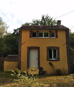 Petite maison calme dans les bois