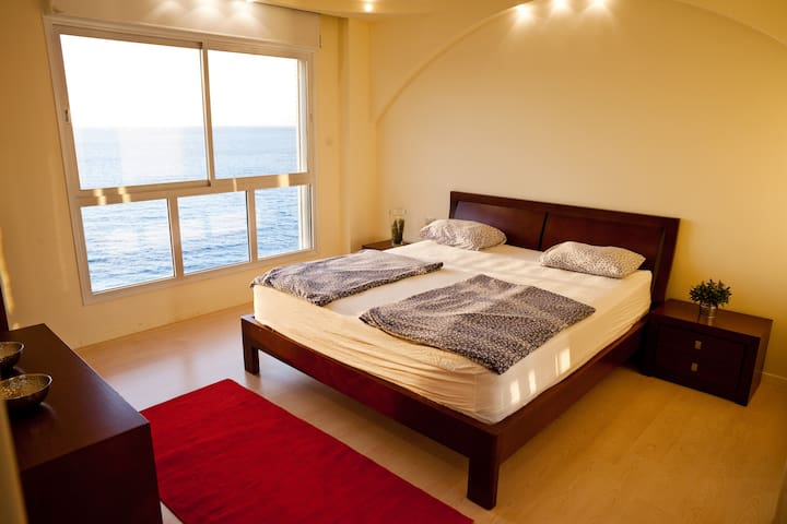 Master bedroom - king size bed - 1,8x2m - 5 star hotel quality