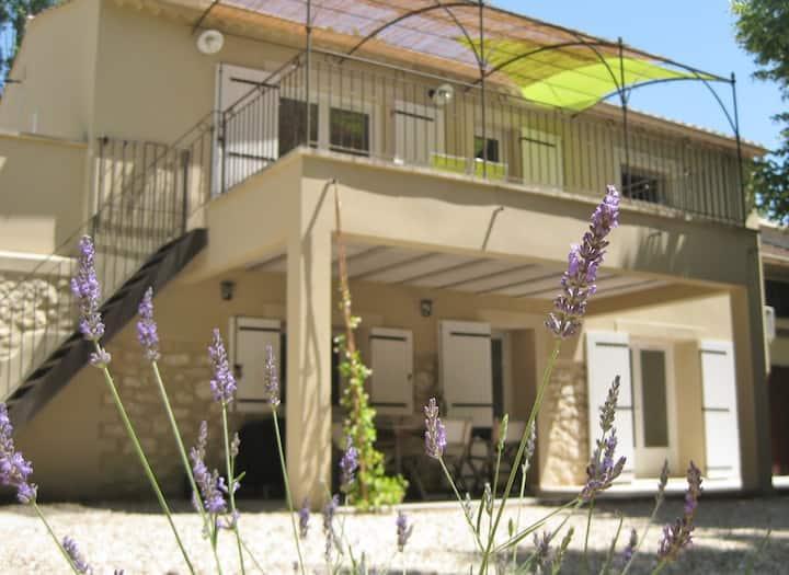Gîte en campagne Provençale avec balcon ensoleillé