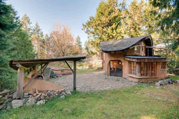 Unique Cob Cottage - Mayne Island - Ξυλόσπιτο