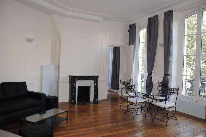 St germain odeon appartamenti in affitto a parigi le for Edificio di 10000 piedi quadrati