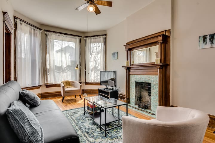 Bright 2 Bedroom in Bucktown with Vintage Charm