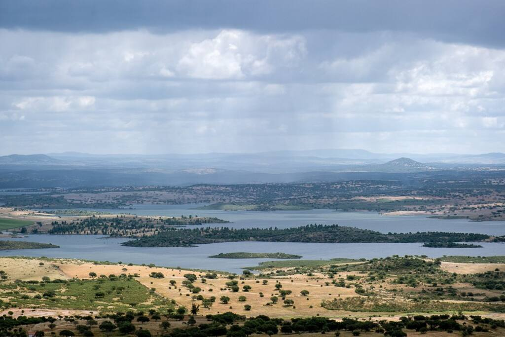 A poucos minutos a pé pode apanhar sol e descansar a beira do Lago maior da europa Alqueva