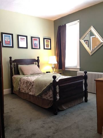 Small Bedroom in 4 Bedroom Home - Easton - Ev