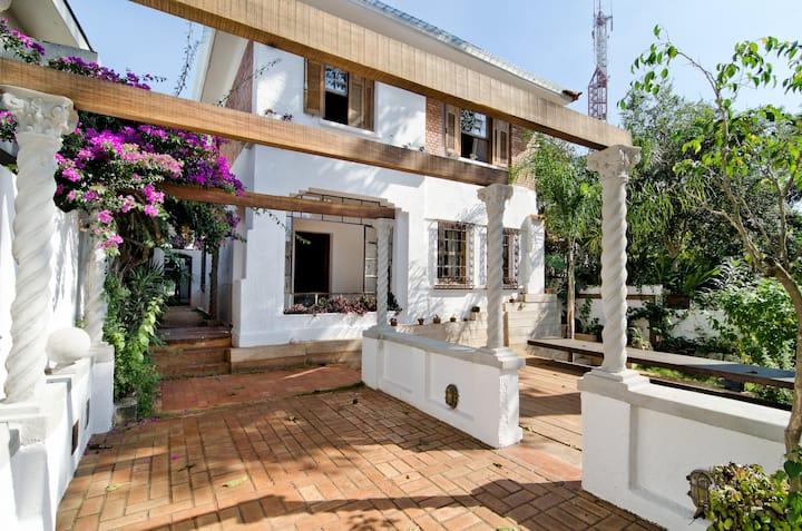 Casa Sumaré - Bela arquitetura, suítes e jardins!