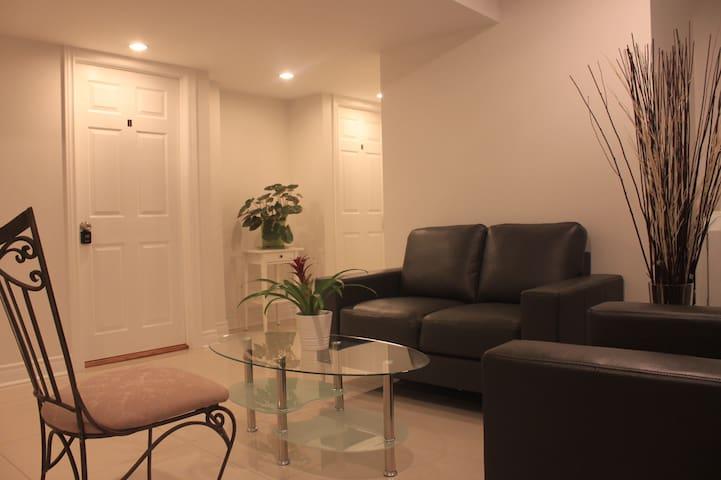 Cozy basement Bdrm with private bathroom/地下室客房独立厕所