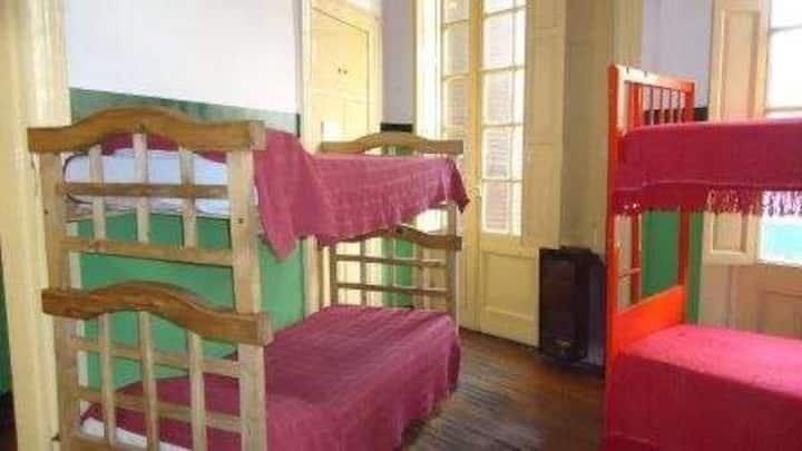 Cama en habitación compartida con baño privado