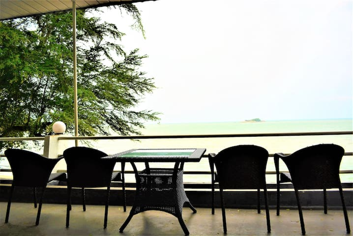 G&T's Large SeaView Room with Balcony by Beach