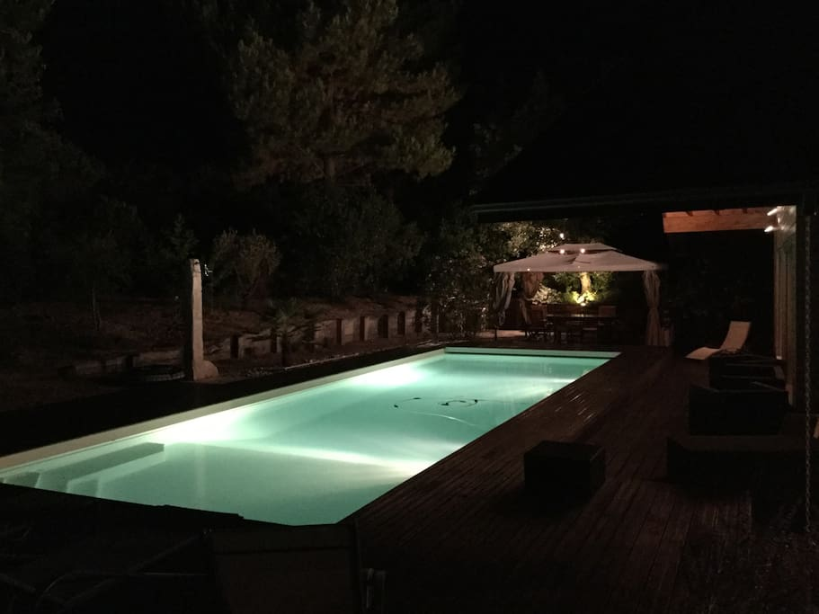 Pergola avec cuisine extérieure pour vos repas au bord de la piscine