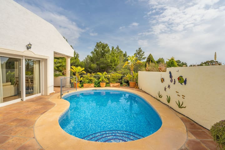 Beautiful villa tastefully decorated, full kitchen & private pool