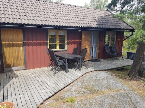 Enkel mysig stuga i byn Berg på Möja