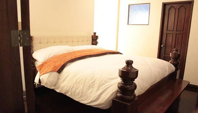 F8 Bed & Breakfast, Chairman Room - Tagaytay - Bed & Breakfast