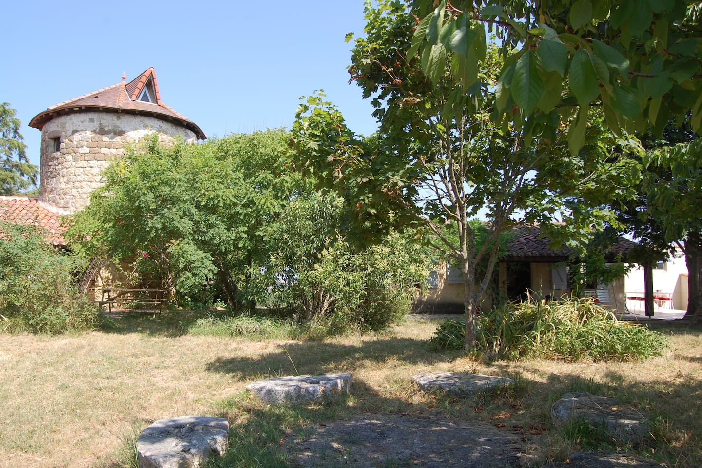 House on the right with garden area, mill on the left is also available, see other ad.