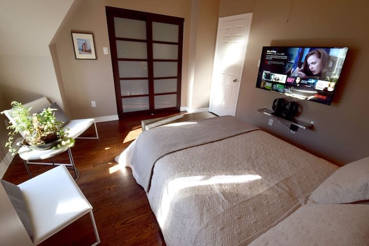 The room was modern and calm and it allowed for an easy transition from the busy streets of down town.  Jose – Dec. 2015