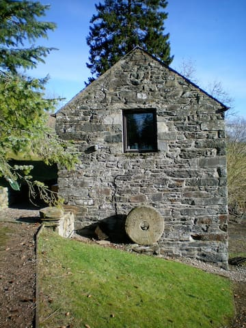 Gorgeous converted mill with loch views - Lawers