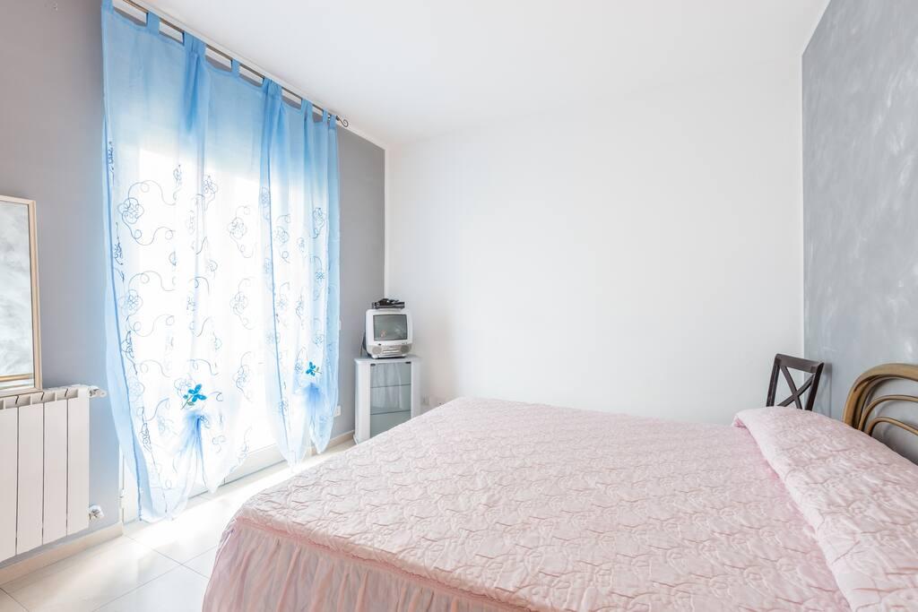 Camera da letto, con balcone di fronte.