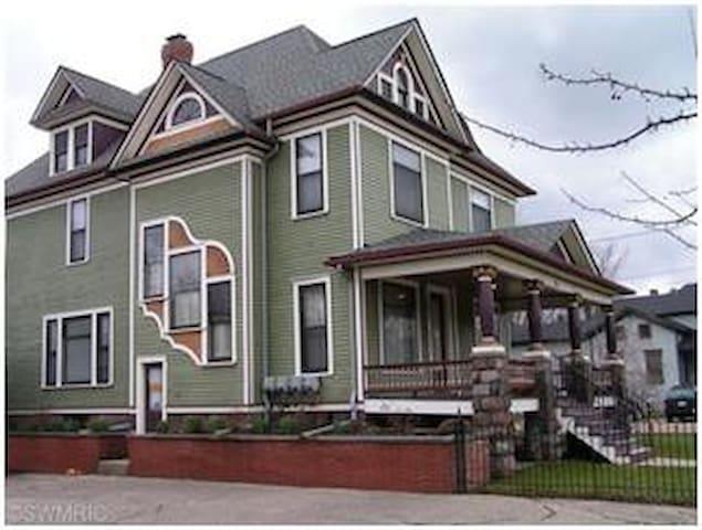 Clark House, Kalamazoo~1 Bdrm Apt - Kalamazoo - Apartment