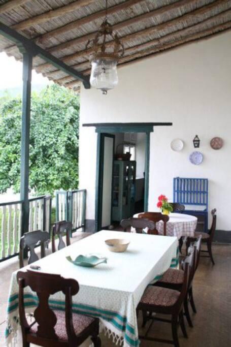 Comedor amplio con vista a patio posterior ajardinado.
