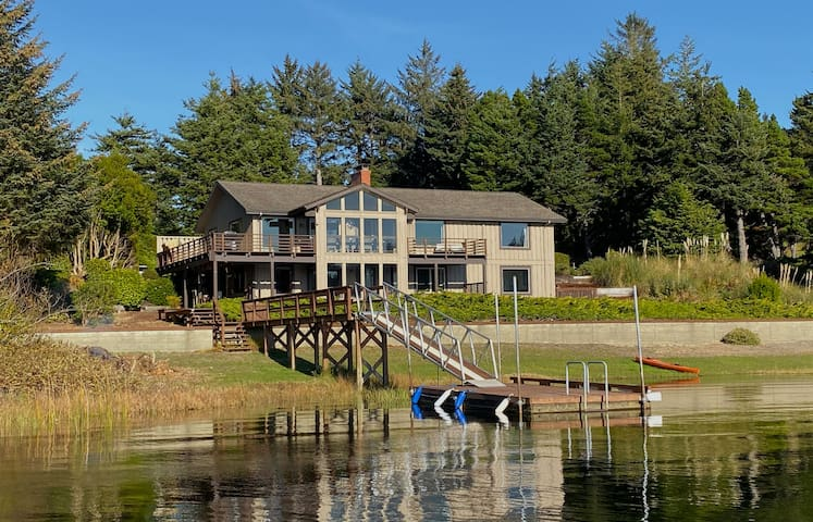 Floras Lake Getaway - Spectacular Lakefront House