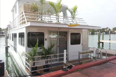 3BR 2Bath Houseboat - Step to Beach - Lauderdale-by-the-Sea