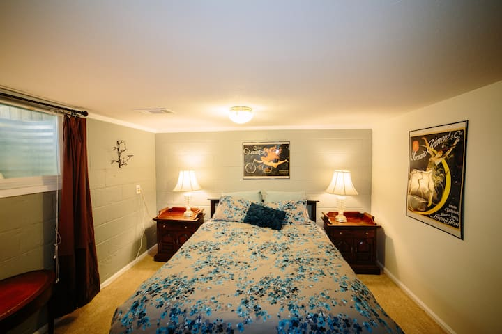 The blue room is deeply relaxing and grounding. Guests report that they experience deep, restful sleep in this room