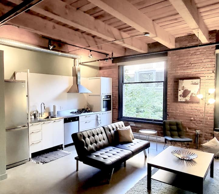 Unique Heritage Brick & Beam Loft in City Centre!