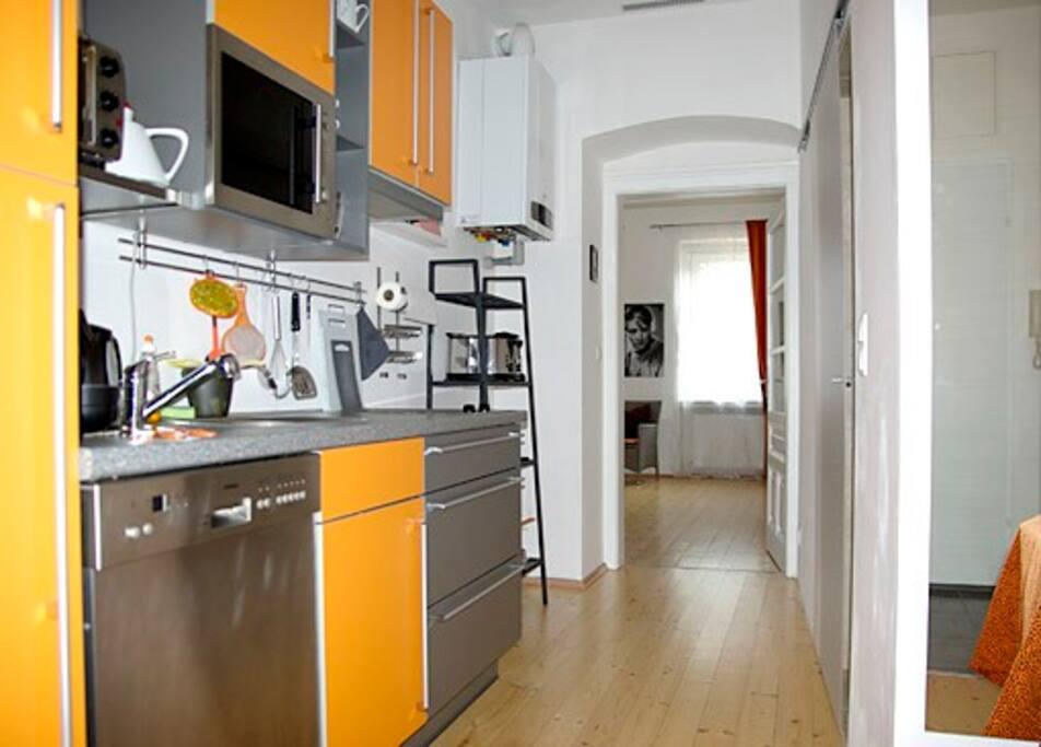 Die voll ausgestattete Küche hat alles - vom Geschirrspüler bis zur Nespresso-Maschine.
