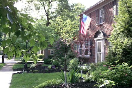 Uptown Colonial in peaceful area - Maison