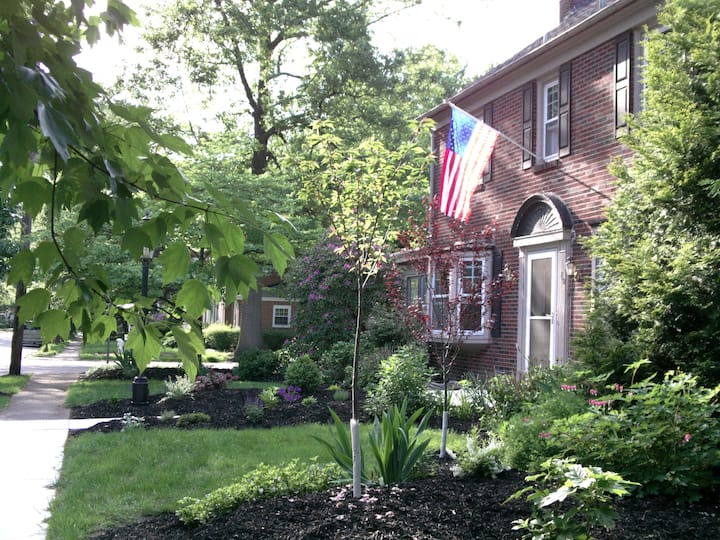 Uptown Colonial in peaceful area