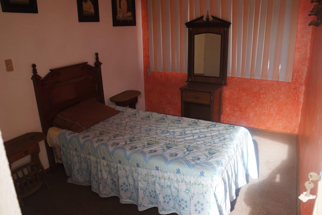 recamara con cama individual o le podemos poner otra cama individual