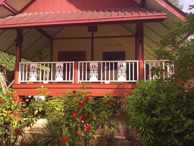 Une maison Thai dans un jardin thai - kanchanaburi - Rumah