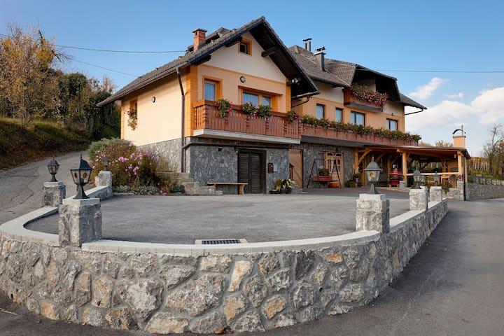 Tourist farm Škrbina app3 - Gorenja Vas pri Šmarjeti - Lejlighed