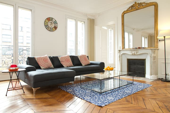 LATIN QUARTER 3BR WITH BALCONY - EIFFEL TOWER VIEW