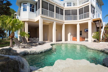Oceanfront Home/Island Retreat/Private Dock & Yard