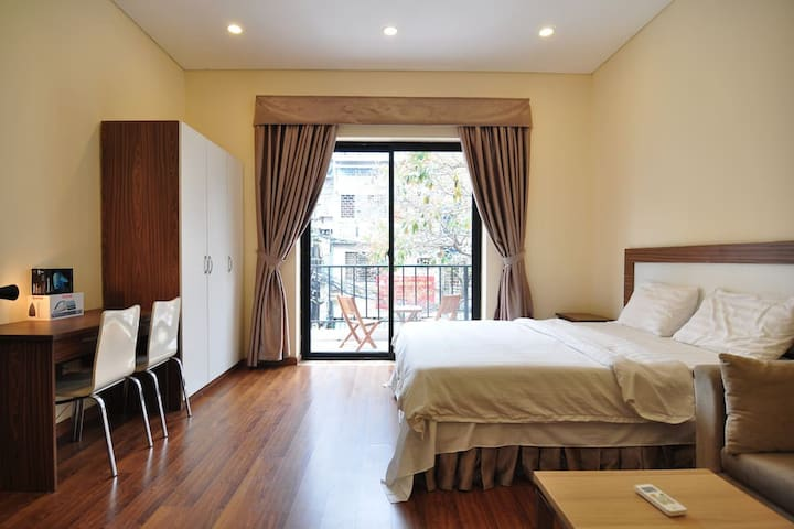 Studio w Kitchen & Balcony, #201 Do Hanh Apartment - Hanoi