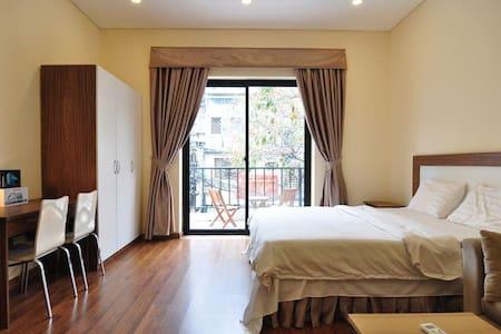 Studio w Kitchen & Balcony, #201 Do Hanh Apartment - Hanoi - Apartemen