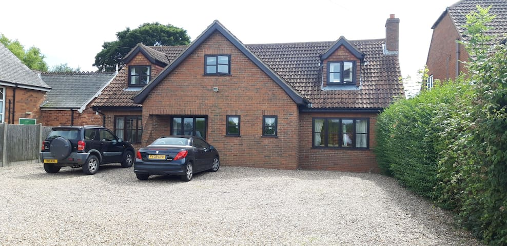 Room 1  in rural dog friendly home, nr Cadwell