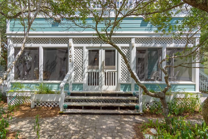 Great Location-Easy Walk to the Beach, Pools & Fitness Center
