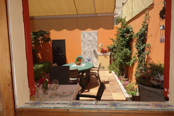 Сад во дворе дома в Portixol. У моря