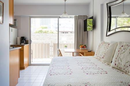 Super cozy, half a block from beach - Honolulu
