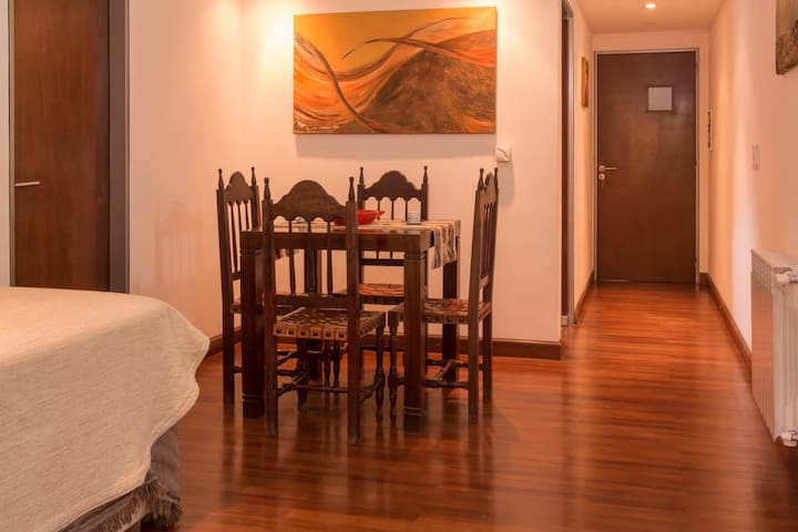 Living/Comedor con mesa y cuatro sillas.