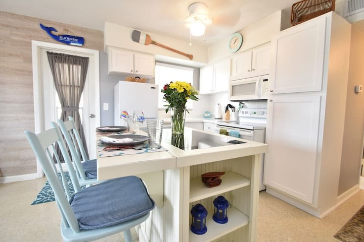 Renovated/Patio/Beach/Attractions/Free Parking