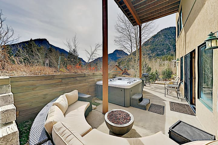 Mountain-View Studio w/ Fire Pit - Walk to Main St