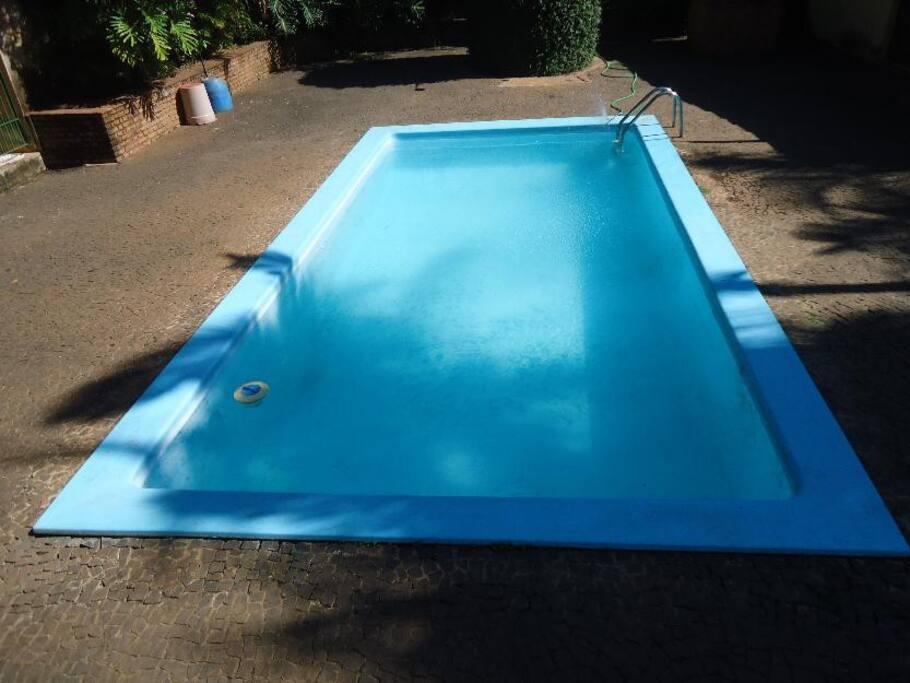 piscina de fibra e chuveirão externo